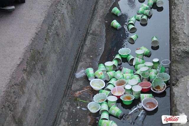 3.ریخته شدن زباله در کف خیابان ها بدلیل نبود سطل زباله در مسیر ها و ایستگاه های صلواتی که باعث بوجود آمدن این تصاویر ناخوشایند شد