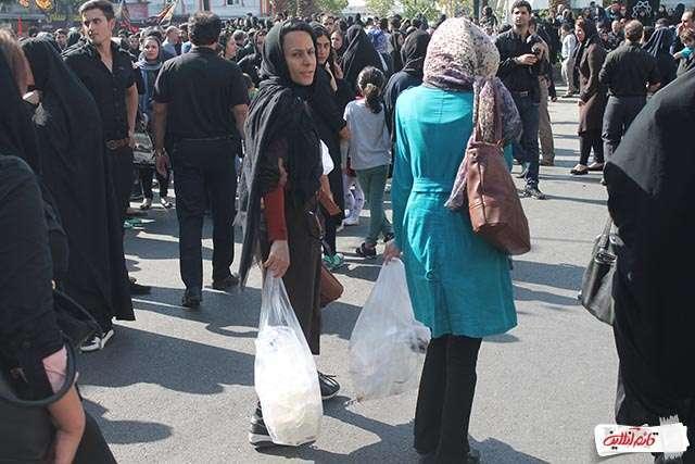 4.جمع آوری زباله توسط دو نفر از شهروندان بصورت خودجوش