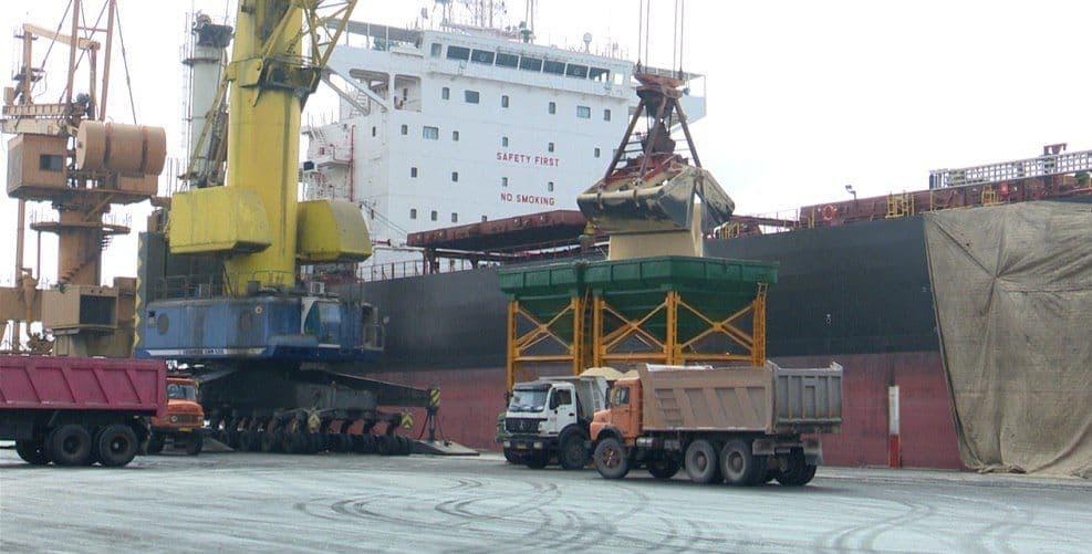 تخلیه دو کشتی حامل کالای اساسی در بندر شهیدرجایی بندرعباس